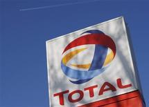 Total a annoncé jeudi un accord en vue de céder au canadien Suncor Energy la totalité de sa participation de 49% dans le projet d'usine de Voyageur, dans les sables bitumineux au Canada, pour 500 millions de dollars. /Photo d'archives/REUTERS/Stephen Hird