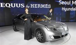 Le sud-coréen Hyundai Motor espère se défaire de son image de constructeur de voitures peu onéreuses grâce à Hermès International, l'un des grands noms du luxe, à qui il a demandé de refaire l'intérieur de trois de modèles Equus, berline la plus chère de sa gamme. /Photo prise le 28 mars 2013/REUTERS/Lee Jae-Won