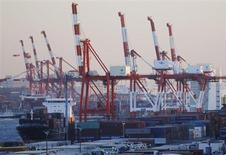 Le port de Tokyo. Les Etats-Unis et le Japon mènent le mouvement de reprise dans les économies avancées, tandis qu'une zone euro fragile a besoin d'une baisse des taux d'intérêt pour conforter son redressement, estime jeudi l'OCDE. /Photo prise le 13 février 2013/REUTERS/Yuya Shino