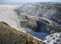 Вид на угольную шахту в Кемеровской области 2 февраля 2010 года. Кемеровская угольная шахта Евраза Алардинская, обеспечивающая стальному гиганту более трети производства коксующегося угля, остановлена из-за возгорания, сообщило в четверг местное управление Министерства по чрезвычайным ситуациям. REUTERS/Olesya Astakhova