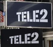 Le milliardaire russe Mikhaïl Fridman s'apprête à renchérir sur l'offre de la banque publique VTB pour le rachat de la filiale russe de Tele2 et envisage aussi une offre sur l'ensemble de l'opérateur télécoms scandinave. /Photo prise le 28 mars 2013/REUTERS/Alexander Demianchuk