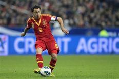 Espanhol Xavi Hernandez controla bola durante partida classificatória contra a França, no estádio Stade de France, em Saint-Denis. 26/03/2013 REUTERS/Gonzalo Fuentes