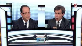 Invité d'une émission spéciale de France 2, François Hollande a annoncé jeudi que les entreprises seraient mises à contribution dans le cadre de la taxe à 75% qu'il avait promise lors de la campagne présidentielle, pour la part des salaires supérieure à un million d'euros. /Image du 28 mars 2013/REUTERS/France 2