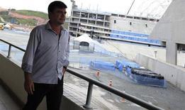 O dirigente Andrés Sanchez caminha ao lado da construção do estádio do Corinthians. REUTERS/Nacho Doce