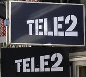 Логотип Tele2 у офиса оператора в Санкт-Петербурге 28 марта 2013 года. Российские мобильные операторы МТС и Вымпелком сообщили в четверг, что они предложили купить российское отделение шведской Tele2 AB за $4,0-4,25 миллиарда, включая $1,15 миллиарда чистого долга. REUTERS/Alexander Demianchuk