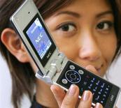 NEC est en discussions en vue de céder sa division téléphones mobiles au chinois Lenovo, partenaire du groupe d'électronique japonais dans les micro-ordinateurs, selon une source proche des négociations. /Photo d'archives/REUTERS/Yuriko Nakao
