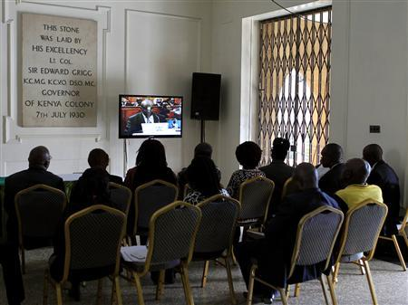 People watch a live broadcast on the last day of the presidential poll petition in Kenya's capital Nairobi, March 28, 2013. REUTERS/Noor Khamis