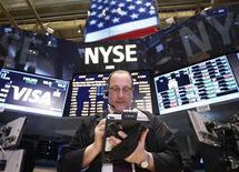 Après avoir tutoyé ses plus hauts historiques trois semaines durant, le S&P 500, l'indice préféré des gérants de fonds de la Bourse de New York, a clôturé jeudi à un niveau inédit qui pourrait inciter les marchés à marquer une pause faute de nouveaux relais de croissance. /Photo d'archives/REUTERS/Brendan McDermid