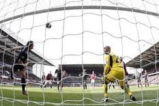Steven Gerrard, do Liverpool, evita de cabeça o gol do Aston Villa no jogo pela Premier League inglesa, em Birmingham. Jordan Henderson e Steven Gerrard marcaram no segundo tempo para o Liverpool, aumentando o temor do Aston Villa de cair para a segunda divisão do campeonato inglês, após os Reds saírem em desvantagem e assegurarem uma vitória fora de casa por 2 x 1 no domingo. 31/03/2013. REUTERS/Darren Staples