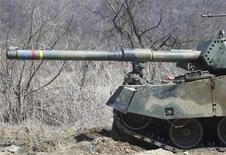 Южнокорейский солдат угощает своего сослуживца жвачкой во время военных учений вблизи демилитаризованной зоны, разделяющей Северную Корею от Южной по Сеулом, 29 марта 2013 года. Южная Корея нанесет ответный удар, если КНДР нападет, завил президент страны в понедельник на фоне растущего напряжения на Корейском полуострове. REUTERS/Lee Jae-Won