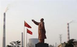 Статуя экс-лидера Китая Мао Цзэдуна стоит перед дымящими заводскими трубами в провинции Хубэй, 6 марта 2013 года. Три китайских мегаполиса пойдут на жесткие меры ради охлаждения перегретого рынка недвижимости в рамках кампании центрального правительства, направленной на стабилизацию цен на жилье, сообщило государственное новостное агентство Синьхуа. REUTERS/Stringer
