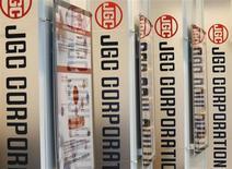 Логотипы JGC Corp в здании офиса компании в Йокогаме, 21 января 2013 года. Консорциум в составе французской Technip France и японской JGC Corporation выбран для строительства завода СПГ на Ямале - совместного проекта российского Новатэка и французской Total, сообщила в понедельник компания Ямал СПГ. REUTERS/Kim Kyung-Hoon