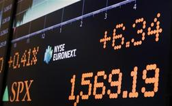 Wall Street évoluait en très légère baisse dans les premiers échanges, les investisseurs ne trouvant guère de raisons d'acheter encore des actions après le record de clôture établi vendredi par le S&P 500, indice de référence des gérants de fonds. Après quelques minutes d'échanges peu animés en raison de la fermeture des Bourses européennes, le Dow Jones perdait 0,05%, le Standard & Poor's 500 reculait de 0,05% et le Nasdaq Composite prenait 0,01%. /Photo prise le 28 mars 2013/REUTERS/Brendan McDermid