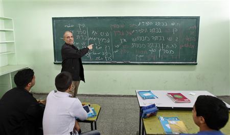 A Palestinian teacher teaches Hebrew to ninth grade students at a Gaza school in Gaza City January 28, 2013. REUTERS/Ahmed Zakot