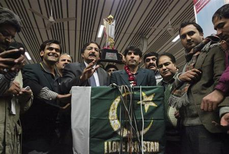 Pakistan Cricket Board chairman Zaka Ashraf (2nd L) speaks during a news conference with team players Misbah ul Haq (3rd L) and Mohammad Hafeez (L) after their arrival from India at Allama Iqbal International airport in Lahore January 7, 2013. REUTERS/Mohsin Raza
