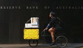 La banque centrale australienne a, sans surprise, laissé son taux directeur inchangé au plus bas historique de 3,0%, tout en laissant ouverte la possibilité de l'abaisser davantage si les précédentes mesures d'assouplissement s'avéraient ne pas avoir d'effet sur l'activité économique. /Photo prise le 2 avril 2013/REUTERS/Daniel Munoz