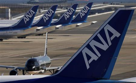 Four All Nippon Airways' (ANA) Boeing Co's 787 Dreamliner planes (top) are seen behind another ANA plane at Haneda airport in Tokyo January 29, 2013. REUTERS/Toru Hanai