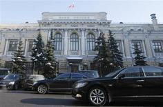 Автомобили проезжают мимо здания Банка России в Москве 8 февраля 2010 года. Банк России понизил ставки по длинным кредитам на 0,25 процентного пункта, сохранив при этом уровень ставки рефинансирования и ключевых ставок по операциям однодневного и недельного репо, указав на возросшие риски торможения экономики, сообщил ЦБР по итогам совета директоров во вторник. REUTERS/Denis Sinyakov
