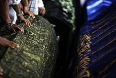 Люди готовятся к проведению похорон детей, погибших в результате пожара в Янгоне, 2 апреля 2013 года. Пожар в ночь на вторник в исламской школе в Янгоне унес жизни 13 детей. Инцидент напомнил о волне насилия в отношении мусульман, живущих среди буддийского большинства в Мьянме, однако чиновники склоняются к версии о трагической случайности. REUTERS/Damir Sagolj