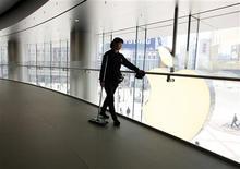 Apple à suivre mardi à la Bourse de New York. Le groupe a accepté lundi de modifier sa politique de garantie en Chine après des critiques de certains médias mettant en cause depuis deux semaines la qualité de son service après-vente. /Photo prise le 2 avril 2013/REUTERS/Kim Kyung-Hoon