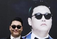"""Cantor coreano Psy vai à coletiva de imprensa antes de show na Marina Bay Sands, em Cingapura, em dezembro de 2012. O rapper sul-coreano Psy, do hit """"Gangman Style"""", prepara uma nova dança e um novo single, chamado """"Gentleman"""", mas faz mistério sobre detalhes do novo trabalho, cujo lançamento foi antecipado em um dia, para o dia 12. 01/12/2012 REUTERS/Edgar Su"""