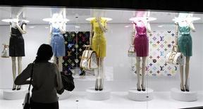 Посетительница выставки 'Louis Vuitton - Marc Jacobs: The Exhibition' в парижском Музее декоративного искусства смотрит на экспонаты 8 марта 2012 года. Азиатские туристы стали в этом году покупать меньше товаров ключевых европейских брендов рынка роскоши, говорят сотрудники столичных магазинов и бутиков. REUTERS/Benoit Tessier