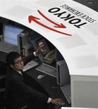 Трейдер работает в торговом зале Токийской фондовой биржи, 30 декабря 2010 года. Азиатские фондовые рынки, кроме Японии, снизились в среду. REUTERS/Kim Kyung-Hoon