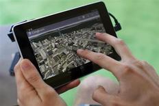 Мужчина использует приложение Google Earth на планшете Google Nexus 7 во время Конференции в Сан-Франциско, 27 июня 2012 года. Google Inc выпустит новую версию планшета Nexus 7 с процессором Snapdragon от Qualcomm Inc примерно в июле этого года, сказали Рейтер два источника. REUTERS/Stephen Lam