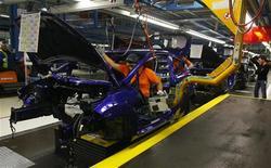 Chaîne d'assemblage de la Ford Fiesta à Cologne. Selon la fédération des importateurs VDIK, qui observe que mars 2013 a eu un nombre de jours ouvrés inférieurs à mars 2012, les ventes de voitures neuves ont chuté de 17% environ en mars en Allemagne, à 281.000 unités. /Photo prise le 4 février 2013/REUTERS/Wolfgang Rattay