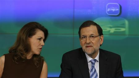 Spain's Prime Minister Mariano Rajoy (R) listens to Maria Dolores de Cospedal, secretary-general of ruling People's Party (Partido Popular), as he presides over a national board meeting at party's headquarters in Madrid April 3, 2013. REUTERS/Sergio Perez