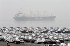 Погрузочный причал крупнейшего южнокорейского автопроизводителя Hyundai Motor Co и аффилированной с ним Kia Motors Corp в порту Пхёнтхэка 23 января 2013 года. Hyundai Motor Corp и принадлежащая ей Kia Motors отзывают более 1,8 миллиона автомобилей в США для ремонта или замены потенциально дефектных комплектующих, сообщили американские контрольные органы. REUTERS/Lee Jae-Won