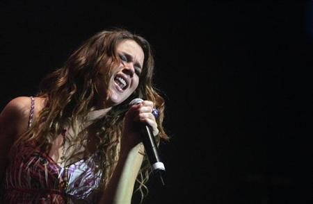 British singer Joss Stone performs during a show at Luna Park theatre in Buenos Aires, June 11, 2008. REUTERS/Marcos Brindicci