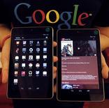 Imagen de archivo de un empleado de Google con una tableta Nexus 7 durante un evento en Seúl, sep 27 2012. Google lanzará una nueva versión de su tableta Nexus 7 con un procesador Snapdragon de Qualcomm para julio, dijeron dos fuentes a Reuters, en momentos en que el gigante del software irrumpe con más fuerza en el mercado del hardware móvil. REUTERS/Kim Hong-Ji
