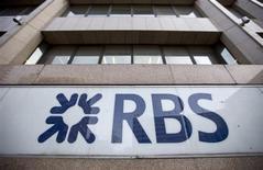 Un groupe d'actionnaires de Royal Bank of Scotland a porté plainte contre la banque britannique et quatre de ses anciens dirigeants au nom de pertes qu'il affirme avoir subi lors de sauvetage de l'établissement par l'Etat. Le groupe a précisé que le total des compensations demandées pourrait s'élever à quatre milliards de livres (4,7 milliards d'euros). /Photo prise le 28 février 2013/REUTERS/Neil Hall