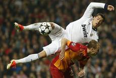 O jogador do Real Madrid Cristiano Ronaldo disputa bola com Kaya, do Galatasaray, nesta quarta-feira. REUTERS/Susana Vera