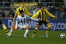 O jogador do Málaga Isco disputa lance com Gotze, do Borussia Dortmund, em partida nesta quarta-feira. REUTERS/Jon Nazca