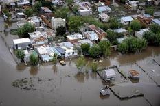 Фотография затопленных дождями районов Ла-Платы, сделанная при помощи аэрофотосъемки, 3 апреля 2013 года. По меньшей мере 46 человек погибли и около 1500 эвакуированы из аргентинского города Ла-Плата, столицы провинции Буэнос-Айрес, из-за внезапно начавшегося наводнения, заявили чиновники. REUTERS/Infobae.com/Handout