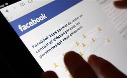 Facebook, à suivre jeudi sur les marchés américains. Le réseau social organise jeudi une conférence de presse et pourrait dévoiler un téléphone mobile fonctionnant sous Android et spécialement développé pour lui. /Photo d'archives/REUTERS/Régis Duvignau