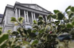 Le siège de la Banque d'Angleterre, à Londres. La BoE a maintenu son taux directeur à 0,5% jeudi, son plus bas niveau historique, et décidé de ne pas relancer ses injections de liquidité sur les marchés, un statu quo qui était attendu. /Photo prise le 15 mars 2013/REUTERS/Suzanne Plunkett