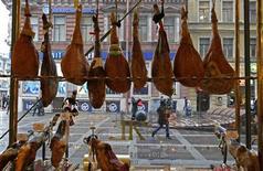 Куски мяса в окне деликатесной лавки в Санкт-Петербурге 8 февраля 2013 года. Инфляция в России замедлилась в марте 2013 года до 7,0 процентов в годовом выражении с 7,3 процента в предыдущем месяце, оказавшись лучше прогнозов экономистов и властей. REUTERS/Alexander Demianchuk