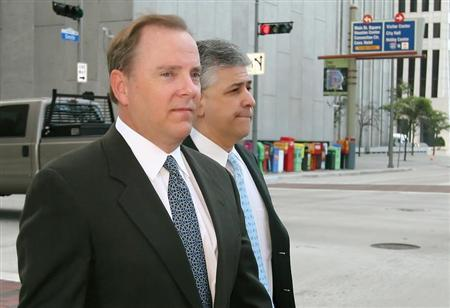 Former Enron CEO Jeffrey Skilling (L) and attorney Daniel Petrocelli cross the street as they arrive at the Federal court in Houston April 13, 2006. REUTERS/Richard Carson