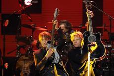 """Richie Sambora (E) e Jon Bon Jovi se apresentam durante o concerto beneficente """"12-12-12"""" para as vítimas da tempestade Sandy, no Madison Square Garden, em NY. Richie Bon Jovi Sambora retirou-se da etapa atual da turnê da banda de rock por causa de """"questões pessoais"""", mas o guitarrista, que já teve passagens por clínicas de reabilitação por problemas com álcool, tuitou aos fãs na quarta-feira que ele estava """"bem"""". 12/12/2012 REUTERS/Lucas Jackson"""