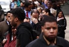 Соискатели работы стоят в очереди на ярмарку вакансий в Нью-Йорке 12 апреля 2012 года. Число обращений за пособием по безработице в США за минувшую неделю достигло максимума четырех месяцев, указывая на замедление оживления ситуации на рынке труда в марте 2013 года, свидетельствуют данные министерства труда. REUTERS/Lucas Jackson
