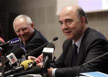 """Lors d'un débat organisé jeudi à Strasbourg sur l'Union européenne et le couple franco-allemand, auquel participait également son homologue allemand Wolfgang Schäuble (à gauche), le ministre français de l'Economie, Pierre Moscovici, a estimé que l'Eurogroupe devait tirer les leçons de ses """"flottements"""" dans la crise chypriote et acquérir davantage de légitimé démocratique. /Photo prise le 4 avril 2013/REUTERS/Jean-Marc Loos"""