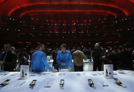 Samsung Electronics Co's latest Galaxy S4 phones are displayed after its launch at the Radio City Music Hall in New York in this March 14, 2013 file photo. Samsung Electronics Co Ltd , the iPhone's main adversary, is expected to post a 46 percent jump in first-quarter earnings as sales of mid-tier smartphones helped tide the South Korean giant over the off-peak season. Picture taken March 14, 2013. REUTERS/Adrees Latif/Files