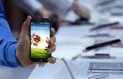 Le Galaxy S4, le nouveau smartphone de Samsung qui doit être commercialisé en avril. Le groupe coréen estime que son bénéfice d'exploitation a augmenté de 53% à 8.700 milliards de wons (six milliards d'euros) au premier trimestre 2013, le recentrage sur des modèles de milieu de gamme lui ayant permis de surmonter la période creuse suivant les fêtes de fin d'année. /Photo prise le 14 mars 2013/REUTERS/Adrees Latif