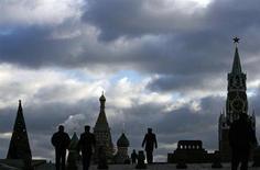 Люди идут по Красной площади в Москве 21 декабря 2007 года. Наступающие выходные в Москве будут пасмурными, но дневная температура останется выше нулевой отметки, прогнозируют синоптики. REUTERS/Denis Sinyakov