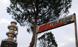 Telecom Italia a noué des contacts préliminaires avec Hutchison Whampoa Group pour étudier une éventuelle intégration de sa filiale 3 Italia. /Photo prise le 12 novembre 2012/REUTERS/Alessandro Bianchi