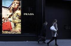 Prada a dépassé les attentes au quatrième trimestre à fin janvier, même si ses ventes au détail ont été notamment impactées par le fait que le nouvel an chinois ait été célébré en février cette année. /Photo d'archives/REUTERS/Cathal McNaughton