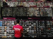 Funcionário Jason Knight posa com CDs na loja de varejo de música HMV na Oxford Street, em Londres. 05/04/2013 REUTERS/Luke MacGregor